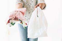 Пластмасса пользы запрета одиночная Zero ненужная концепция покупок Удерживание женщины в бакалеях одной руки в многоразовой сумк стоковые изображения rf