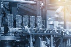 Пластмасса разливает процесс производства по бутылкам Стоковое Фото
