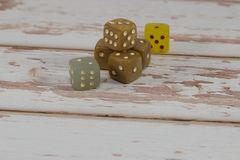 Пластмасса Dices на белом деревянном столе: Играя в азартные игры тема Стоковая Фотография RF