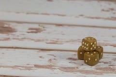 Пластмасса Dices на белом деревянном столе: Играя в азартные игры тема Стоковое фото RF