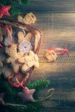 Плата полных помадок корзины пряника рождества сломанная таблицей деревянная Стоковые Фотографии RF