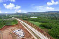 Платная дорога Ungaran с зелеными сельскохозяйственными угодьями стоковая фотография
