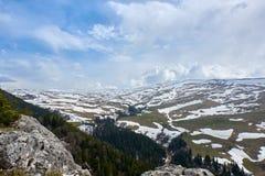 Плато горы покрытое со снегом под серым небом стоковые фотографии rf