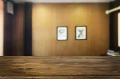 Платформа космоса таблицы деревянной доски пустая перед запачканным Livi стоковое фото