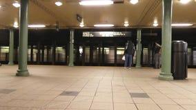 Платформа метро Нью-Йорка видеоматериал