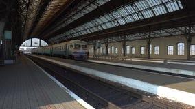 Платформа на железнодорожном вокзале Львова летом акции видеоматериалы