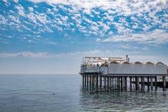 Платформа на поддержках в море около берега стоковая фотография rf