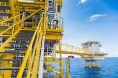 Платформа нефти и газ центральная обрабатывая на пути оффшорного, лестницы пойти к каждой палубе и мосте между плавучей жилой пла Стоковая Фотография
