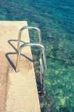 Платформа поручней для плавать в море Европейские пляжи стоковые изображения