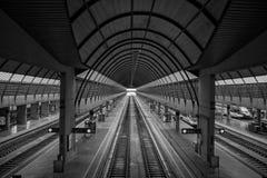 Платформа, рельсы, поезда, исчезая пункт стоковая фотография rf