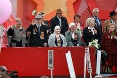Платформа с ветеранами Второй Мировой Войны Парад дня победы в Pyatigorsk, России стоковые фотографии rf