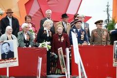 Платформа с ветеранами Второй Мировой Войны Парад дня победы в Pyatigorsk, России стоковые фото
