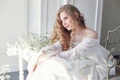 Платье белого света девушки и вьющиеся волосы, портрет женщины с fl стоковые изображения rf