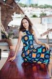 Платье брюнет сидя на стенде Стоковое Изображение