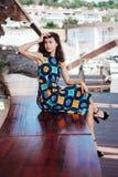Платье брюнет сидя на стенде Стоковая Фотография RF