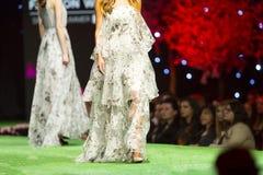 Платье взлётно-посадочная дорожка модного парада красивое белое Стоковая Фотография