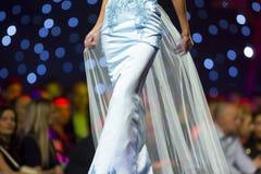 Платье взлётно-посадочная дорожка модного парада красивое голубое Стоковая Фотография