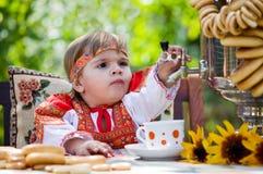 платье выпивает чай девушки национальный русский Стоковые Фотографии RF