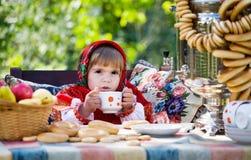 платье выпивает чай девушки национальный русский Стоковое Фото