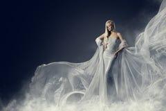 Платье красоты фотомодели, развевая серебряная мантия ткани, женщина Стоковое Фото
