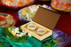 Платье свадьбы с bangles золота Стоковая Фотография