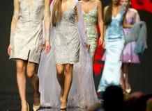Платья взлётно-посадочная дорожка модного парада красивые красочные Стоковые Фото