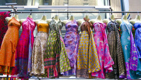 платья вися рынок несколько вверх Стоковая Фотография RF