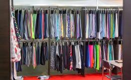 Платья и ткань, магазин одежды, магазин моды стоковое изображение rf
