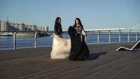 2 платья молодой женщины развевая сток-видео