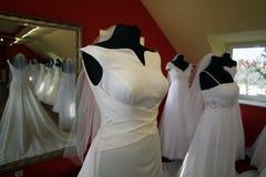Платья свадьбы на шкафах, Impressja, 'azy, Польше ZaÅ, 01 2012 Стоковые Фотографии RF