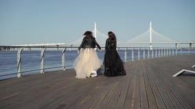 Платья хода и развевать 2 молодых женщин сток-видео