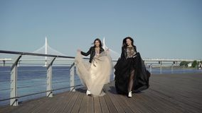 Платья хода и развевать 2 молодых женщин акции видеоматериалы