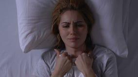 Плача женщина лежа в одеяле удерживания кровати, здоровье и проблемах жизни, депрессии сток-видео