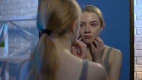 Плача кожа стороны проблемы подростка рассматривая смотря в зеркале дома, угорь видеоматериал