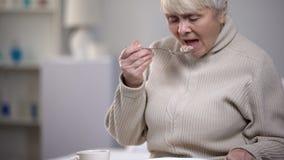 Плача пожилая дама есть обедающий, страдая от одиночества в старости, крупный план стоковые изображения rf