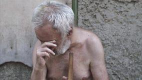 Плача человек с тросточкой на улице видеоматериал