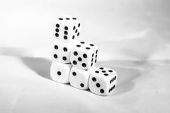 плашка брошенные черно-белые играя блоки как символ решения Стоковое Изображение RF