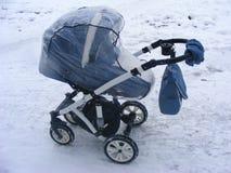 Плащ детской дорожной коляски прогулочной коляски идя в городе Стоковые Изображения