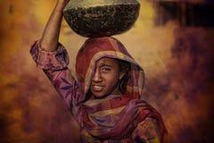 Племенная девушка получая воду, Puskar, Индию стоковое фото rf