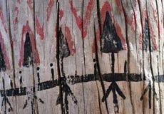 Племенная картина на деревянной текстуре стоковое изображение