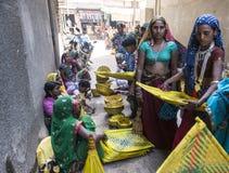 Племенные девушки покупая бамбуковые детали Стоковое фото RF