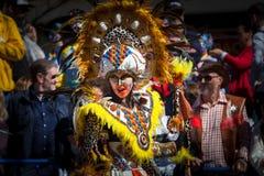 Племенные костюмы в параде масленицы стоковое изображение