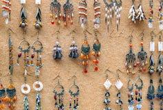 Племенные серьги на дисплее на городке Camden Стоковое Фото