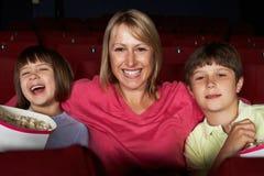 Пленка мати наблюдая в кино с 2 дет Стоковое фото RF