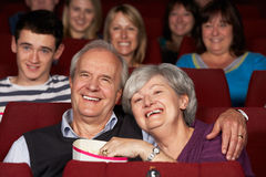 Пленка старших пар наблюдая в кино стоковое фото rf