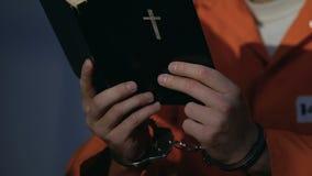 Пленник в фото удерживания наручников, отсутствующих друзьях и семье, приговоре к пожизненному заключению сток-видео