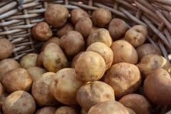 Плетеная корзина вполне картошек на продаже на рынке фермеров Стоковое Изображение