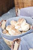 Плетеная корзина вполне хлебов Стоковое Изображение RF