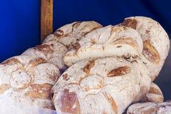 Плетеная корзина вполне хлебов Стоковая Фотография RF