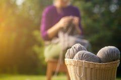 Плетеная корзина с коричневыми потоками стоковое фото rf